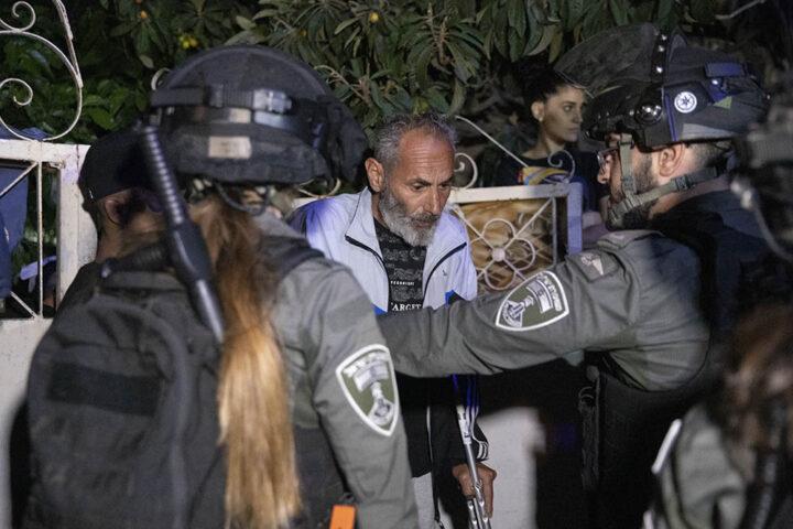 סאלח דיאב, ממובילי המאבק בשייח׳ ג׳ראח, בפתי ביתו בשבוע שעבר (צילום אורן זיו)