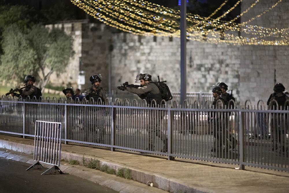 שוטרים מפזרים בכוח פלסטינים בשער שכם, 7 במאי 2021 (צילום: אורן זיו)