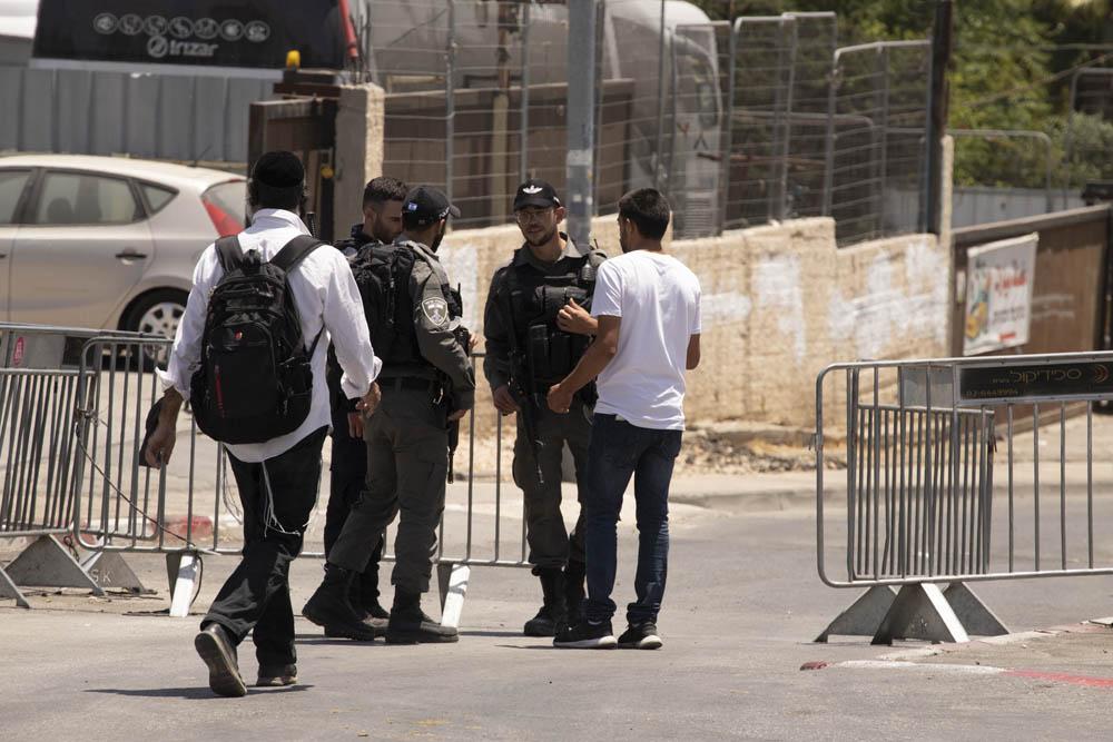 המחסום המשטרתי בכניסה לרחוב עות'מאן בן עפאן בשייח׳ ג׳ראח, מאי 2021 (צילום: אורן זיו)