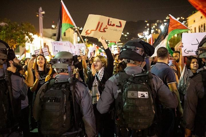 פלסטינים בחיפה בהפגנת סולדיריות עם עזה וירושלים, ב-9 במאי 2021 (צילום: מתי מילשטיין)