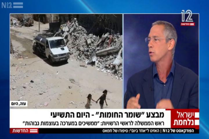"""גלעד שרון לצד ההרס בעזה, בתוכנית """"מהדורה ראשונה"""", ב-18 במאי 2021 (צילום מסך מתוך התוכנית בערוץ 12)"""