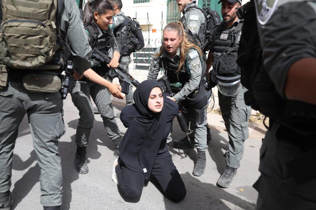 שכונה שהפכה סמל לעוול. שוטרים עוצרים מפגינה פלסטינית בשייח' ג'ראח (צילום: אורן זיו)