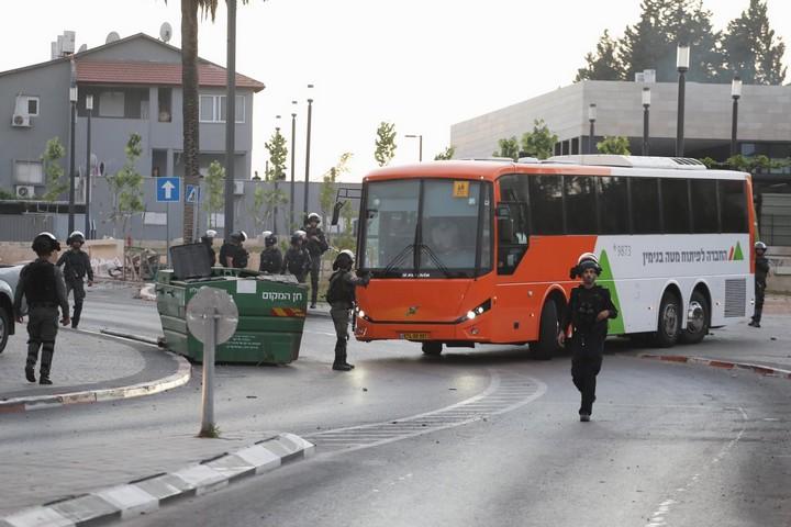 אוטובוס של החברה לפיתוח מטה בנימין בכניסה לעיר לוד, ב-12 במאי 2021 (צילום: אבישג שאר יישוב)