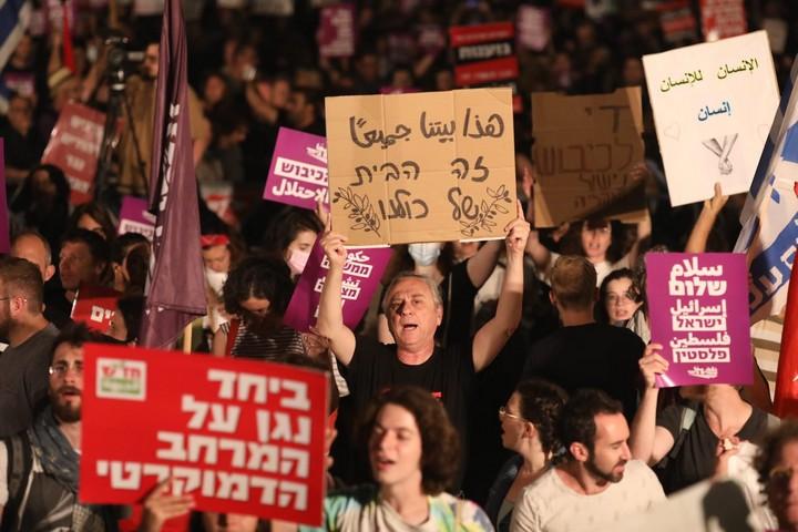 למרות המלחמה בעזה, גל של הפגנות למען שותפות יהודית-ערבית. הפגנה בכיכר הבימה בתל אביב (צילום: אורן זיו)
