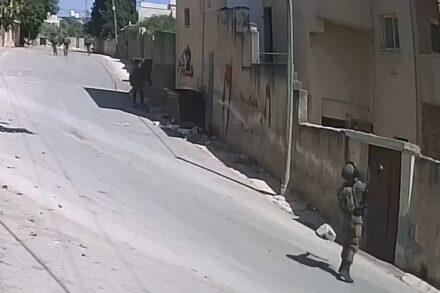 חייל זורק רימון גז לתוך ביתו של מוראד א-שתיווי, ב-1 במאי 2021 (צילום מסך מתוך הסרטון, באדיבות בצלם)