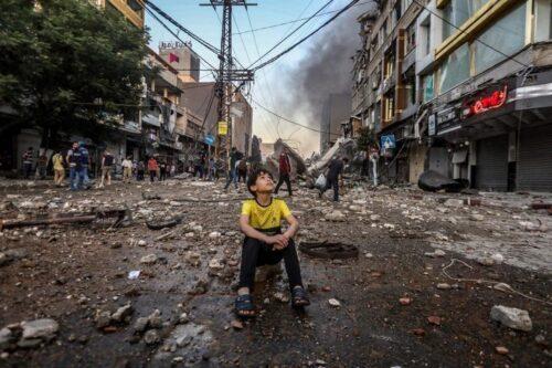 """מתי כולם יבינו שאין כזה דבר מלחמה מוסרית, שאין """"מטרות צבאיות איכותיות"""" שאם רק יחרבו - הכל יגמר פתאום. ילד בין חורבות בעזה, אחרי הפצצה ישראלית (מוחמד זאנון / אקטיבסטילס)"""