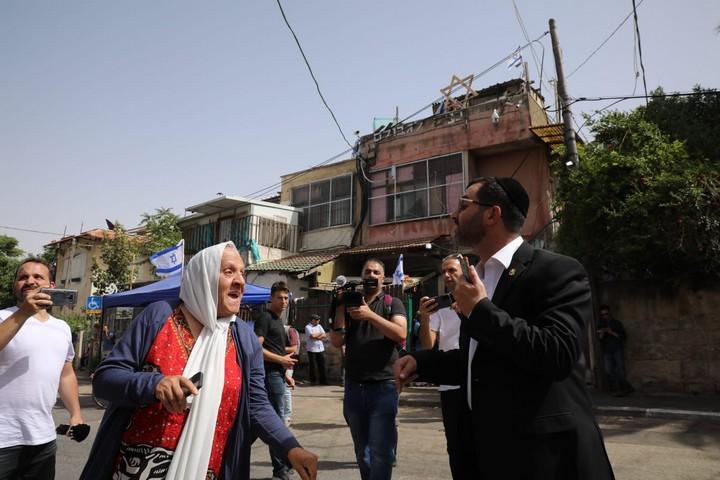 לרשויות יש שיטת פעולה שלמדנו היטב: שולחים פנימה את כנופיות גוג ומגוג, שטוענים שיש להם את הזכות להטיל עלינו פחד כדי שניכנע לדרישותיהם הבלתי נתפסות - לוותר על המקום היחיד שהכרנו אי פעם. מתנחל מתעמת עם תושבת פלסטינית בשכונת שיח' ג'ראח (אורן זיו)