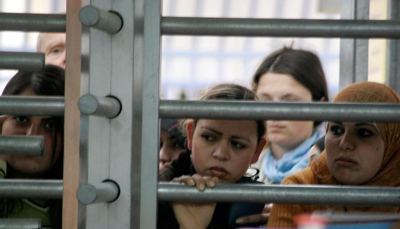 לרדוף כל החיים אחרי הזכויות שלך. נשים במחסום קלנדיה. למצולמות אין קשר לכתבה (צילום: מלאני פידלר / פלאש 90)
