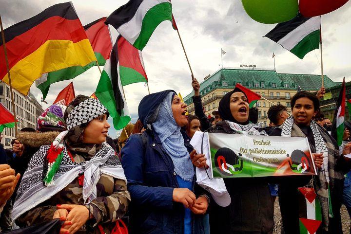 בשמאל בגרמניה מבינים שהם צריכים להתחבר למחאה הפלסטינית. הפגנה בעד פלסטין בברלין אחרי העברת השגרירות לירושלים ב-2018 (צילום: חוסאם אל-חמאלאווי CC BY 2.0)