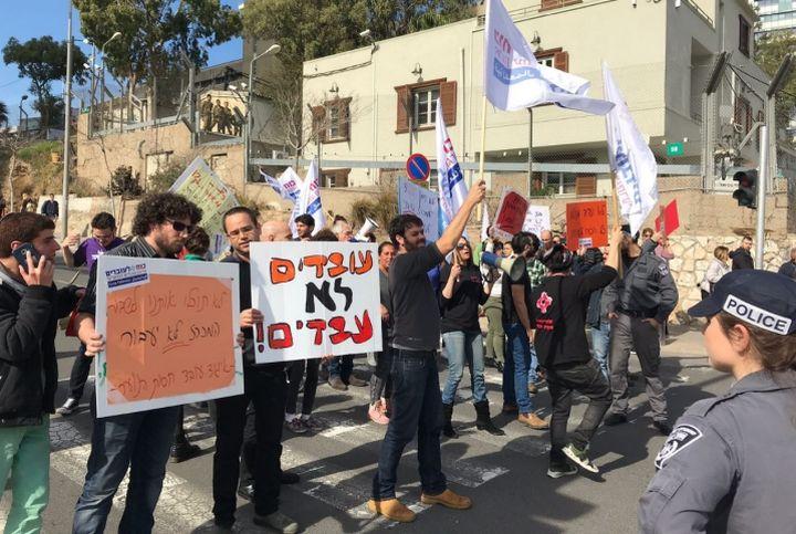 תחלופה גבוה של מדריכים. הפגנה של עובדי חסות הנוער (צילום: כוח לעובדים)