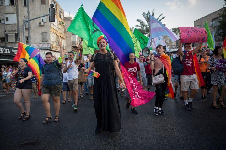 """""""להתנות את שינוי סעיף המין בניתוח זה דבר מופרך"""". צעדה למען זכויות הקהילה הטרנסית במסגרת מצעד הגאווה בתל אביב (צילום: מרים אלסטר / פלאש 90)"""