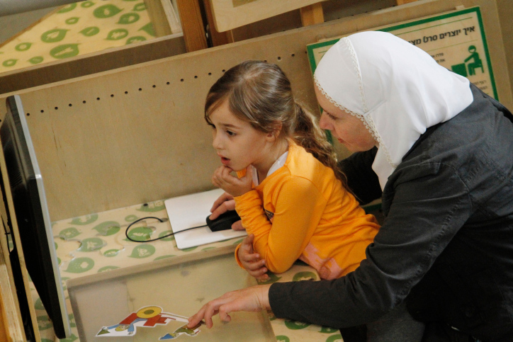 המחקרים מראים ששלוש שנות החיים הראשונות משפיעות על כל החיים. אם ובתה במוזיאון מדע בירושלים. למצולמות אין קשר לכתבה (צילום: מרים אלסטר / פלאש 90)