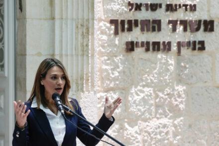 בדקה את תפיסות השלום אצל ילדים יהודים ויהודים פלסטינים. שרת החינוך יפעת שאשא ביטון כניסתה למשרד (צילום: אוליביה פיטוסי / פלאש 90)