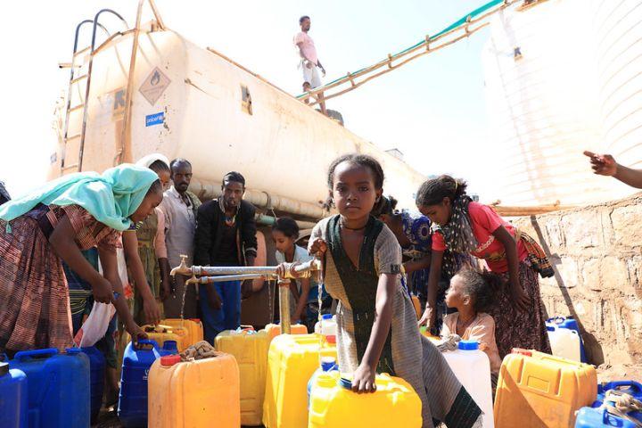 """האו""""ם מדווח כי 200 איש מתים כל יום מרעב. פליטים מתיגראי מקבלים סיוע (UNICEF Ethiopia, CC BY-NC-ND 2.0)"""