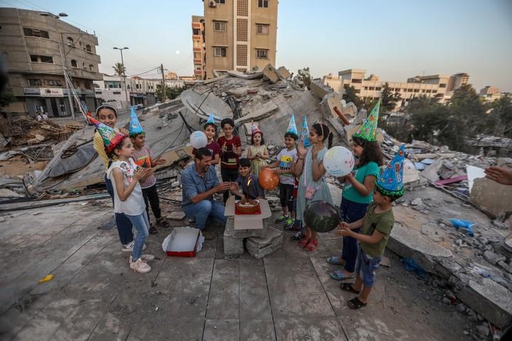 משפחת סאביח וחברים חוגגים יום הולדת למוחמד בן ה-13 ליד הריסות ביתם (צילום: מוחמד זאנון / אקטיבסטילס)