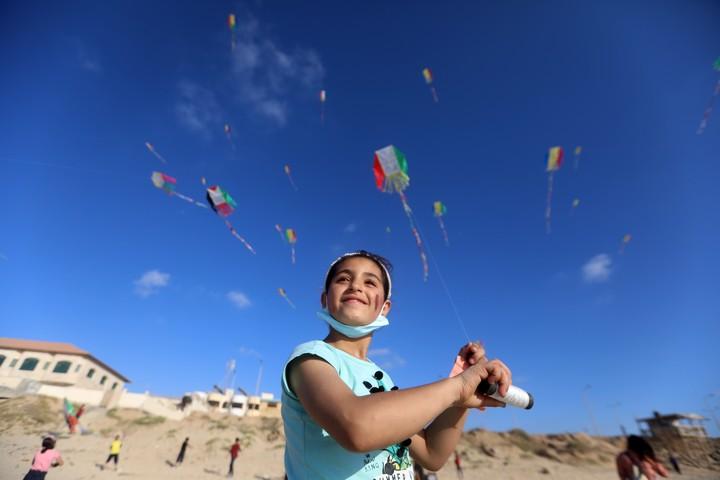 ילדה מעיפה עפיפון על חוף הים בעזה (צילום: מוחמד זאנון / אקטיבסטילס)