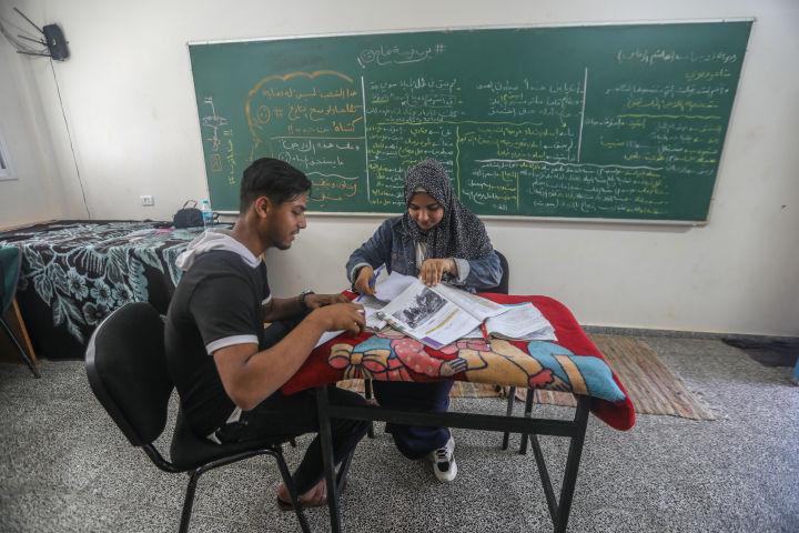 מוחמד ורים אל-טום לומדים לבחינות (צילום: מוחמד זאנון / אקטיבסטילס)