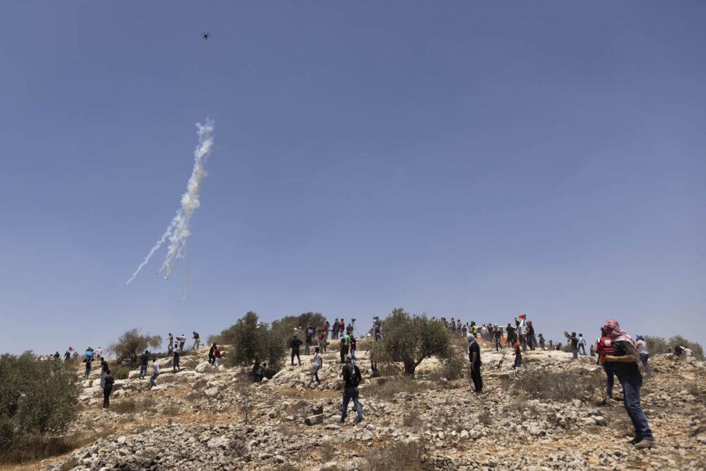 רפחן יורה גז מדמיע, במהלך הפגנה בביתא, יום שישי, 25 ביוני 2021 (צילום: אורן זיו)