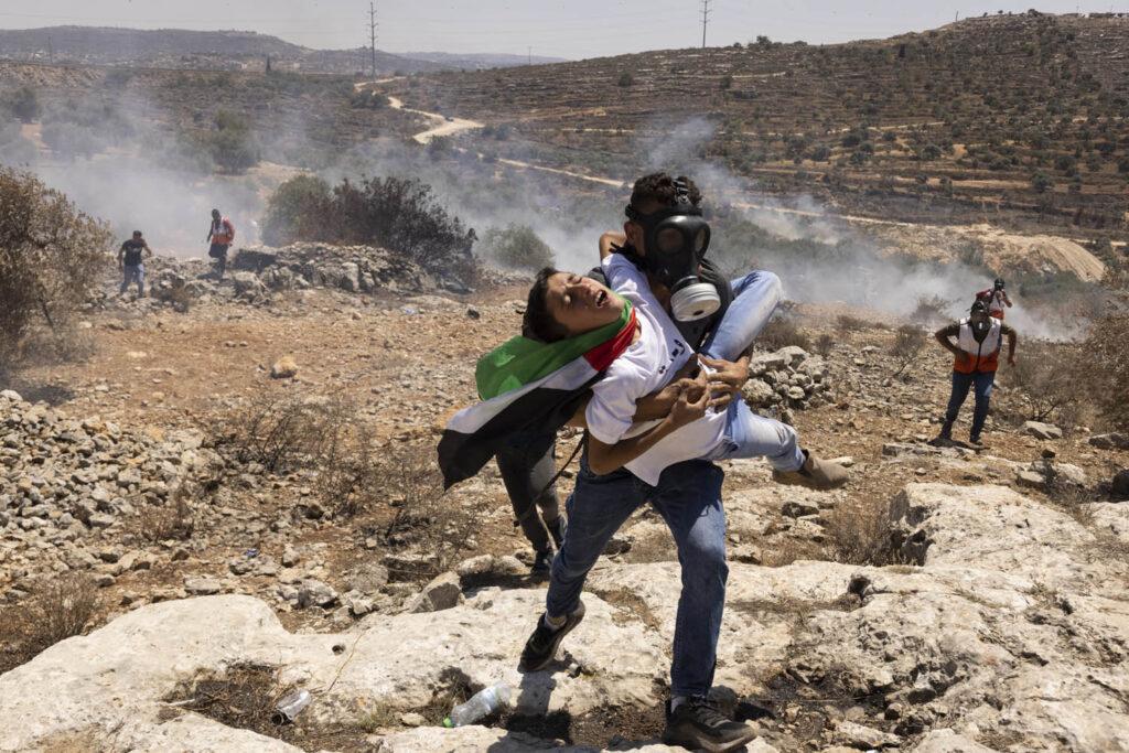 מפגין מפנה צעיר שנפצע מגז מדמיע, הפגנה בביתא, יום שישי, 25 ביוני 2021 (צילום: אורן זיו)