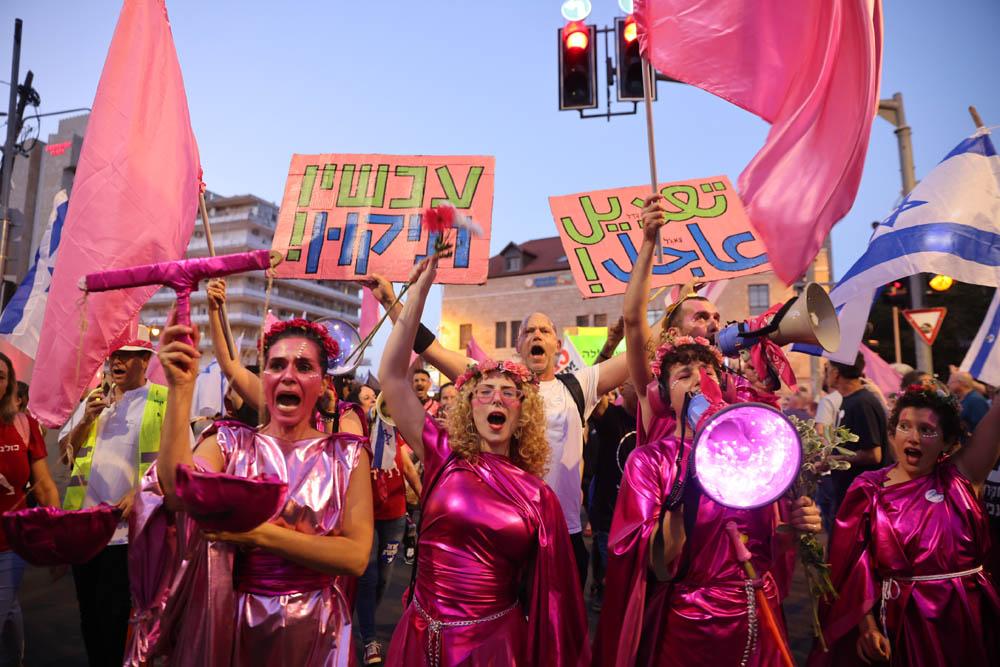 מחכים עם החגיגות עד להשבעה של הממשלה החדשה. מפגינות בבלפור אתמול (צילום: אורן זיו)