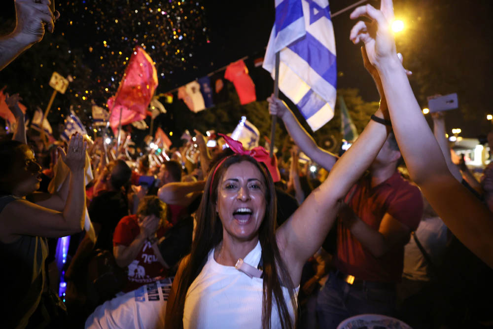 מפגיני בלפור חוגגים מחוץ לכנסת 13 ביוני 2021 (צילום: אורן זיו)