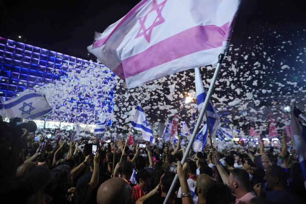 מפגיני בלפור חוגגים בכיכר רבין 13 ביוני 2021 (צילום: אורן זיו)