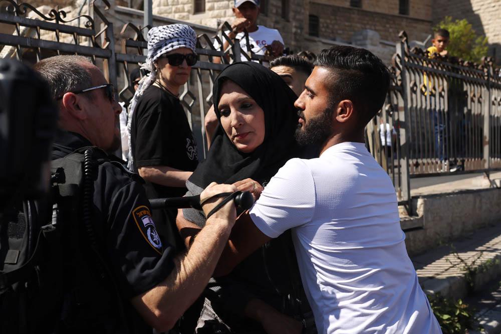 שוטרים מפנים פסלטינים לפני מצעד הדגלים בשער שכם במזרח ירושלים, 15 ביוני 2021 (צילום: אורן זיו)