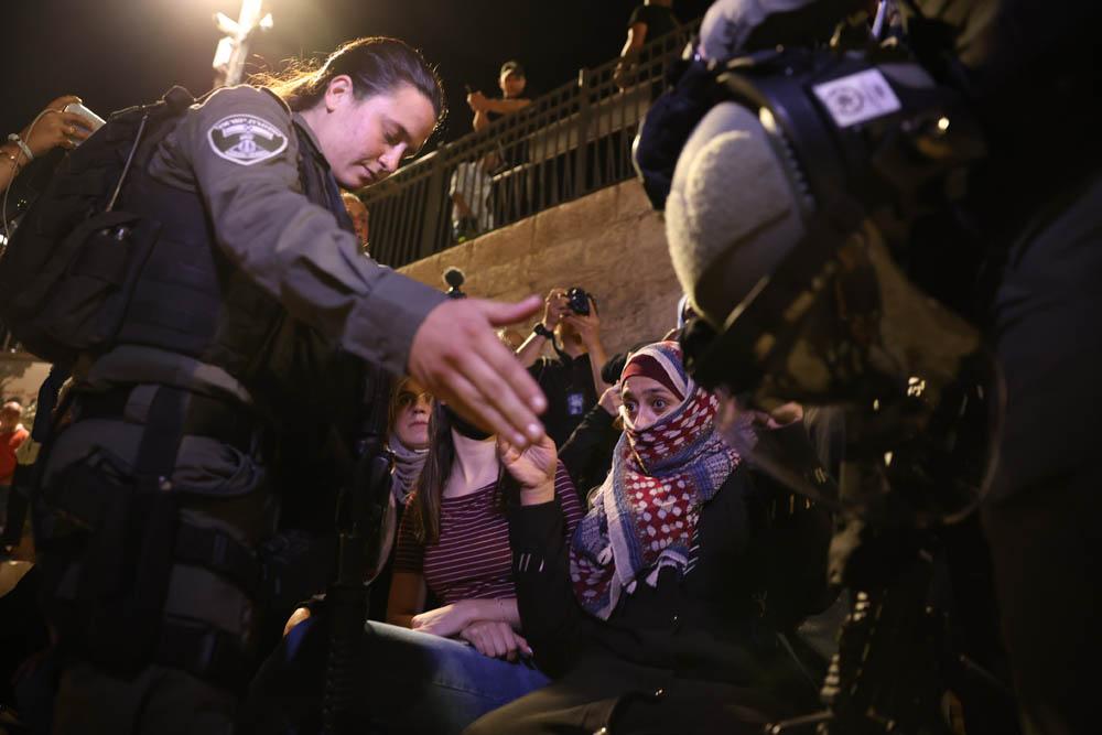 שוטרים מפנים פלסטינים משער שכם בסןף מצעד הדגלים בשער שכם במזרח ירושלים, 15 ביוני 2021 (צילום: אורן זיו)