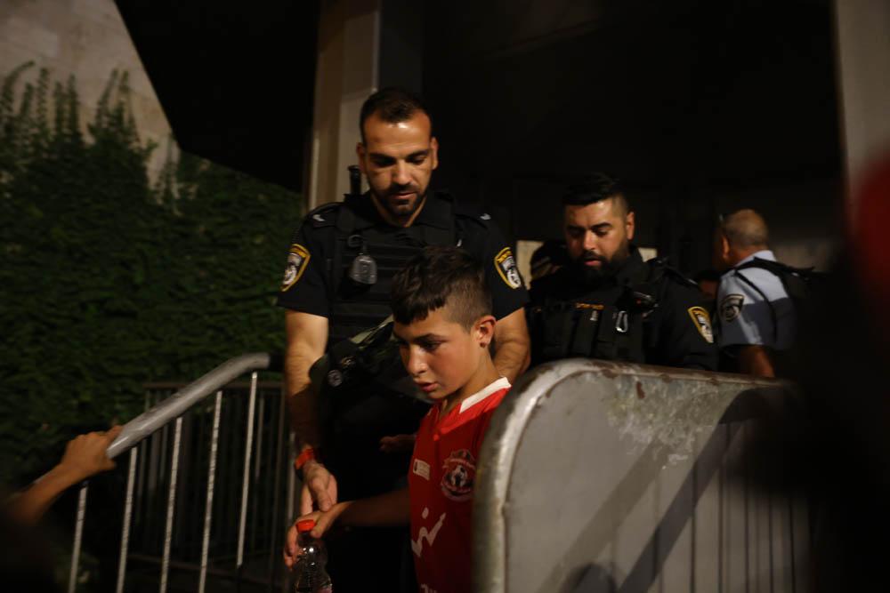 שוטרים משחררים ילד בן 7 שנעצרבסןף מצעד הדגלים בשער שכם במזרח ירושלים, 15 ביוני 2021 (צילום: אורן זיו)
