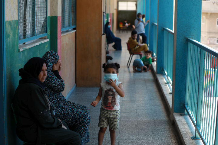 """משפחות פלסטיניות חיות בבית ספר של אונר""""א לאחר שבתיהן נהרסו בהתקפות הישראליות בעזה (צילום: מוחמד זאנון / אקטיבסטילס)"""