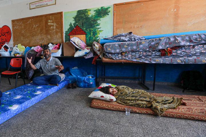 """אנואר סעאד ומשפחתו בבית ספר של אונר""""א (צילום: מוחמד זאנון / אקטיבסטילס)"""