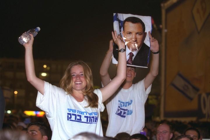 """חוגגים את ניצחונו של אהוד ברק בבחירות בכיכר רבין בתל אביב, ב-1999 (צילום: אבי אוחיון, לע""""מ)"""