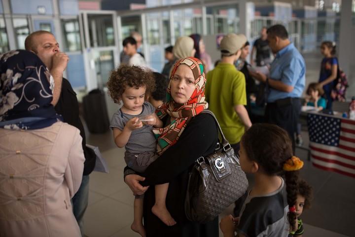פלסטינים מחכים במחסום ארז, עם פתיחתו מחדש אחרי מבצע צוק איתן, ב-13 ביולי 2014 (צילום: פלאש90)