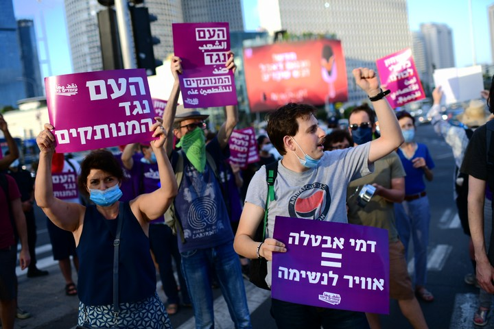 מפגינים נגד היעדר תמיכה ממשלתית מהממשלה, בצומת עזריאלי בתל אביב, ב-29 ביוני 2020 (צילום: תומר נויברג / פלאש90)