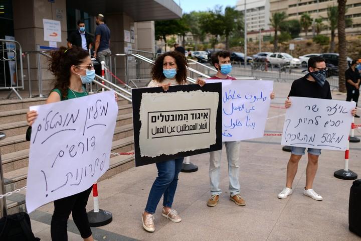 חברי איגוד המובטלים מוחים מחוץ לבניין הממשלה בתל אביב, ב-13 ביולי 2020 (צילום: תומר נויברג / פלאש90)