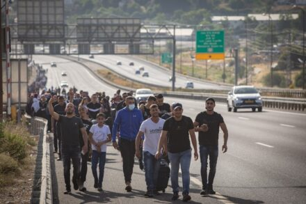 מאות צעירים פלסטינים צועדים על כביש מספר 1 בדרכם לירושלים, ב-8 במאי 2021 (צילום: נעם רבקין פנטון / פלאש90)