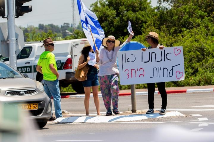 יהודים וערבים מוחים נגד האלימות בעמק חפר, ב-14 במאי 2021 (צילום: חן לאופולד / פלאש90)
