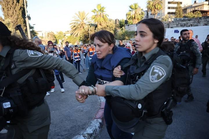 כתבת אל ג'זירה, ג'יפארא אל-בודרי, נעצרת על ידי המשטרה בשכונת שייח' ג'ראח במזרח ירושלים, ב-5 ביוני 2021 (צילום: אורן זיו)