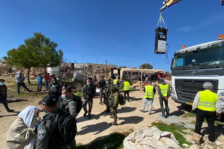 החרמת ציוד באום אל ח'יר (צילום: נטשה ווסטהיימר)