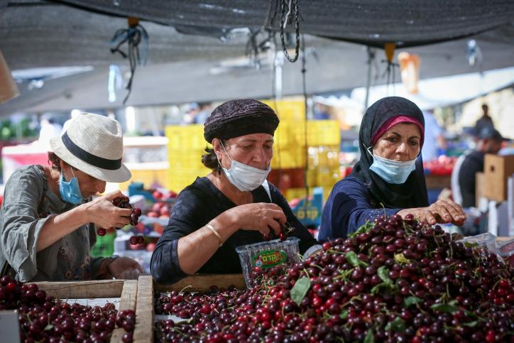 מאז שנת 2000, מחירי הירקות עלו ב-70% ומחירי הפירות ב-40%. קונות בשוק בצפת (צילום: דוד כהן / פלאש 90)