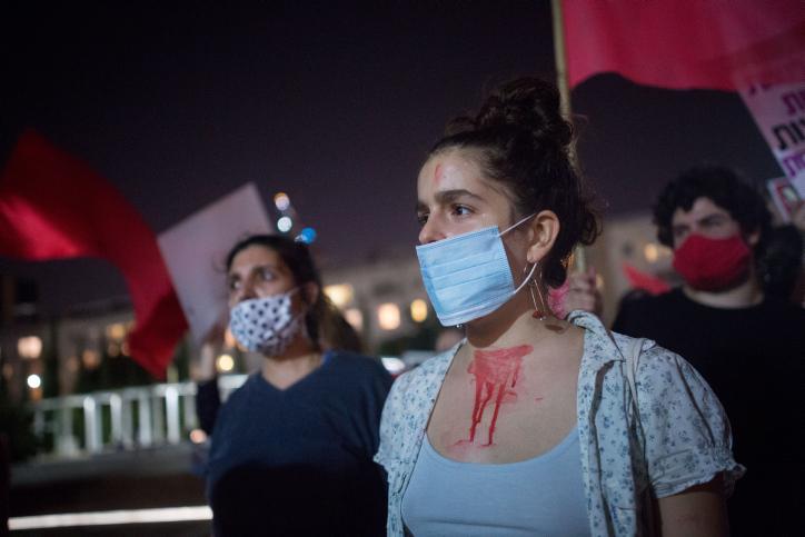 מה שנדרש הוא לא להשיב את הסדר על כנו, אלא לפרק ולהרכיב אותו מחדש. הפגנה נגד רצח נשים בתל אביב (צילום: מרים אלסטר / פלאש 90)