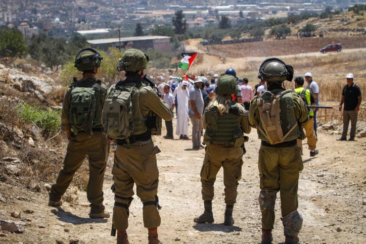 התעלמות מאירועים אחרים. חיילים מול מפגינים פלסטינים בכפר בית דג'אן ביוני השנה (צילום: נאסר אישתאיה / פלאש 90)