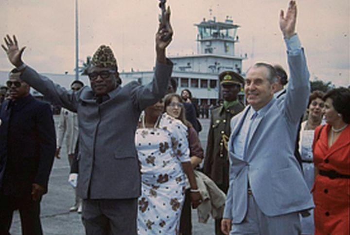"""הביא ציוד צבאי במטוס שלו. הנשיא הרצוג עם מובוטו בביקורו בזאיר ב-1984 (צילום: חנניה הרמן / לע""""מ)"""