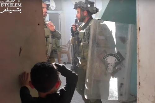 """""""אני אשבור לך את המצלמה"""". החיילים הישראלים בבית משפחת דענא בחברון (צילום מסך מסרטון של בצלם)"""