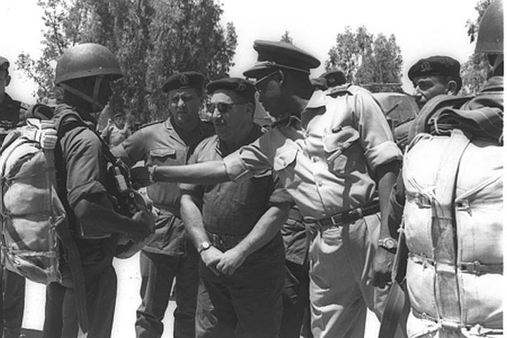 """נזכר בימים הטובים. מובוטו בעת האימונים שלו בצנחנים בישראל ב-1963 (צילום: משה פרידן / לע""""מ)"""