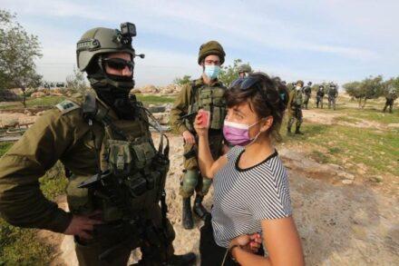 """""""אנחנו, כישראלים, שולטים בחיים של תושבי מסאפר יטא, לכן אני מרגישה אחריות"""". נעמי-נור צחור מול חיילים במסאפר יטא (צילום: באסל אל עדרה)"""