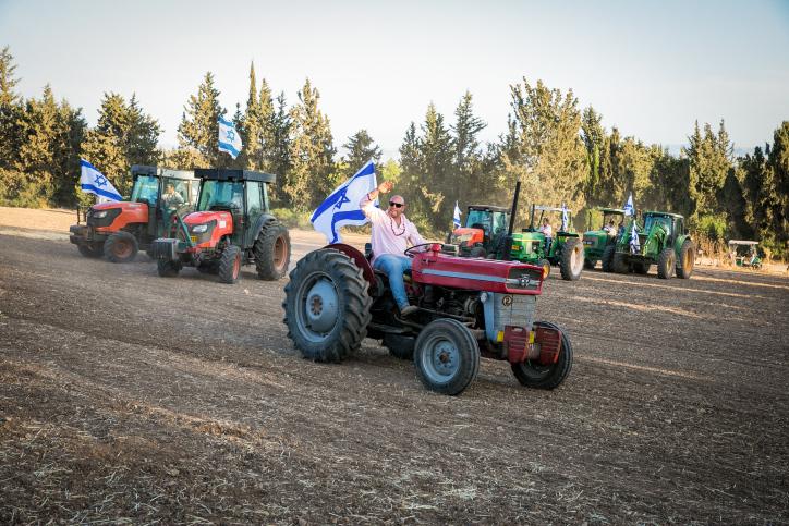 העיבוד החקלאי הרבה פחות רווחי. חגיגת שבועות בקיבוץ. למצולמים אין קשר לכתבה (צילום: ענת חרמוני / פלאש 90)