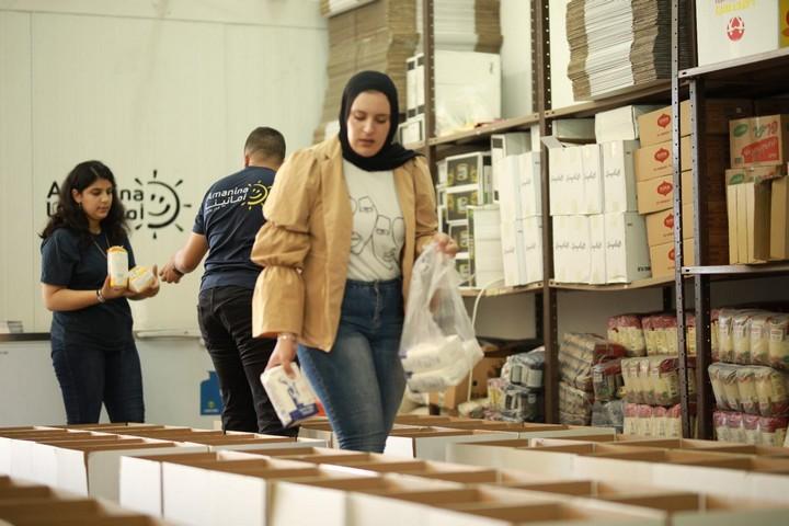 קריטריונים לא שוויוניים. פעילים בעמותת אמאנינא מכינים חבילות מזון (באדיבות העמותה)