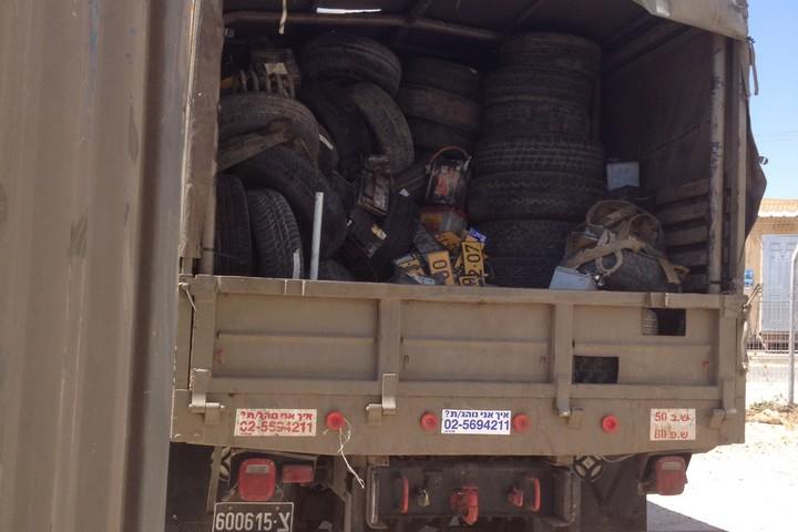 גלגלים במשאית, במוצב מצודות יהודה, באוגוסט 2012 (צילום: שי אילוק)