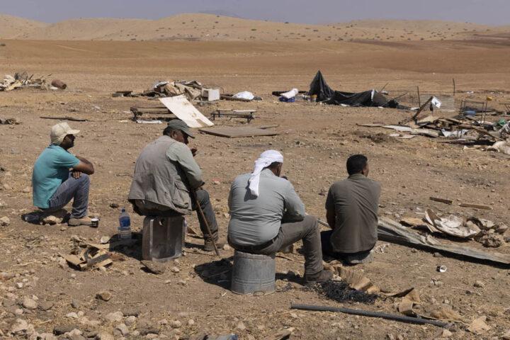 תושבים בח׳רבת חומסה, יום לאחר שהצבא הרס את כל המבנים בקהילה, 8 ביולי 2021 (צילום: אורן זיו)